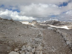 Sbucati sull'Altopiano si vede il rifugio Rosetta Pedrotti